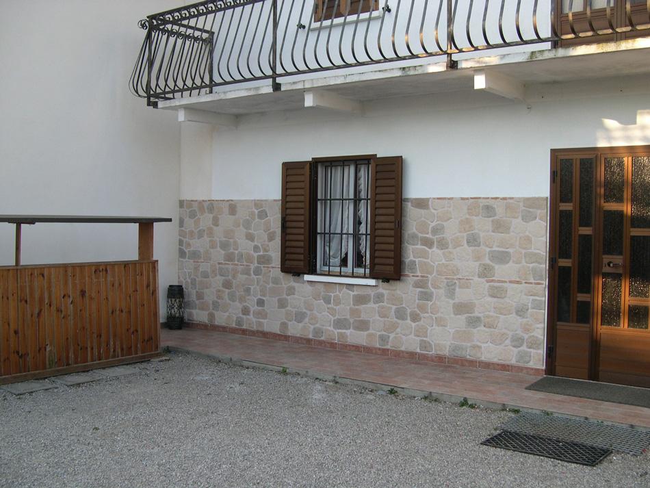 ... muro esterno con pannelli in finta pietra modello Vecchio Mulino 001