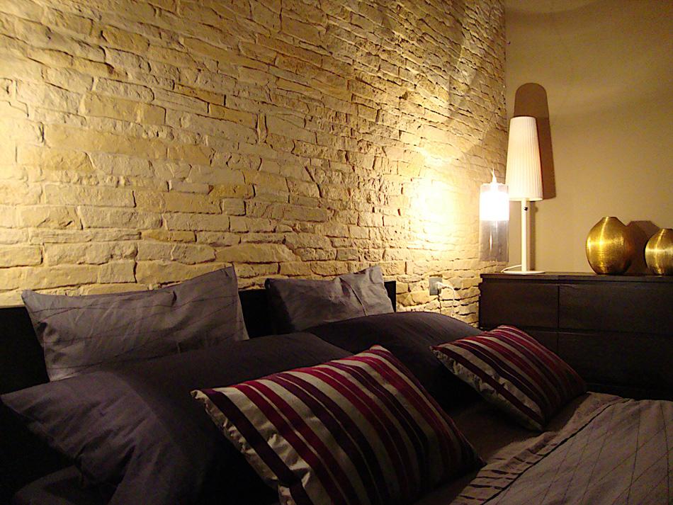 Pareti in pietra dietro letto – Confortevole soggiorno nella casa