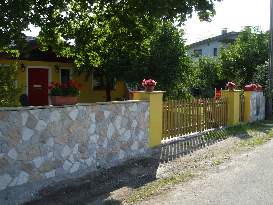 Rivestimento muro di cinta con pietra calizia 002 - Finta pietra per esterno ...