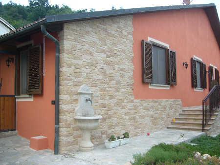 ... con problemi di salnitro con pannelli in finta pietra Monte Cobrizio