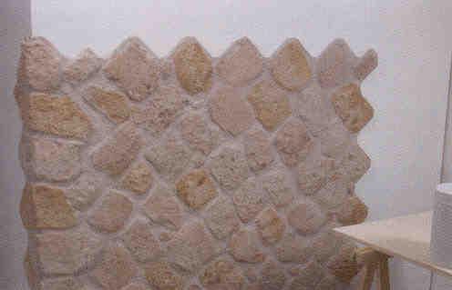 Montaggio e stuccatura di pannelli in finta pietra