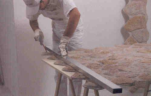 Montaggio e stuccatura di pannelli in finta pietra for Pannelli finta pietra