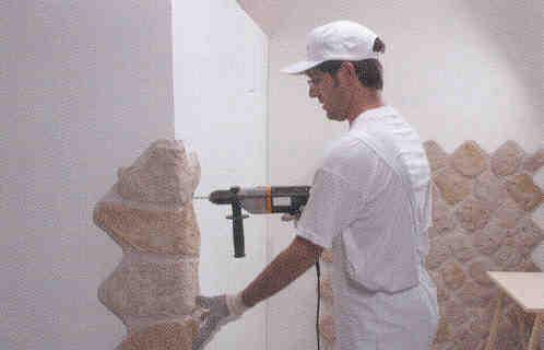Montaggio e stuccatura di pannelli in finta pietra for Muri con pietre a vista