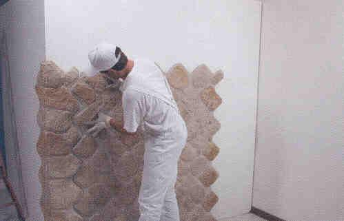Montaggio e stuccatura di pannelli in finta pietra - Piastrelle muro pietra ...